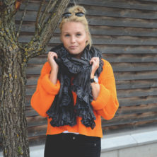 Orange tröja och svart melerad sidensjal med volang
