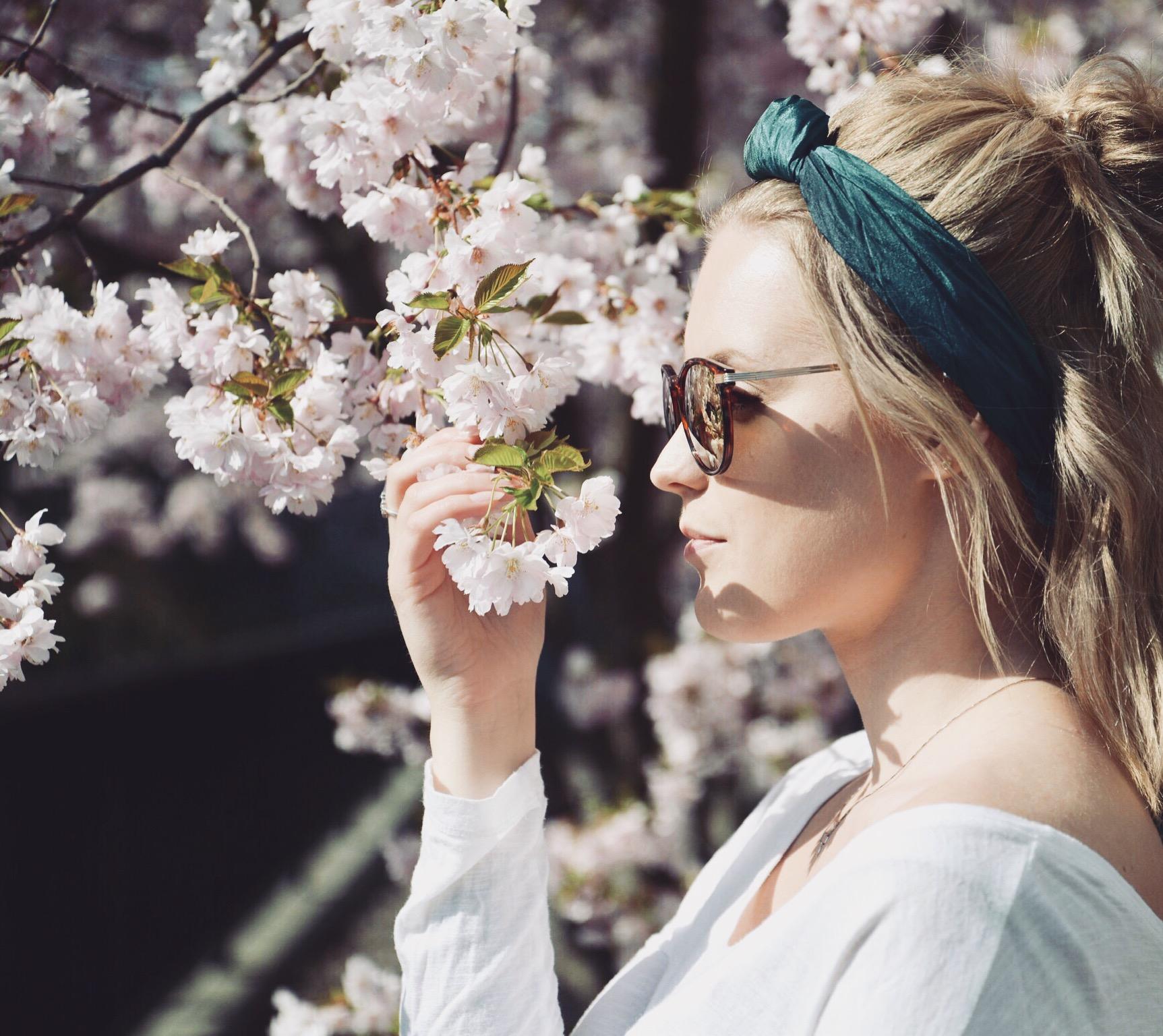 Somrig, liten sidensjal i färgen Jade (turkos, blå, grön). Fin att trä i håret!
