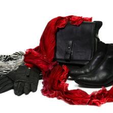 Karin Wallén Sidensjal Höstkollektion. Djurmönstrad topp, svart kjol, statement halsband och en Greta-sjal i färgen Red.