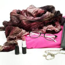 Höstig outfit med härliga färger. En rosa topp, rutiga byxor, rosa läppstift och en sidensjal i lila och rosa toner.