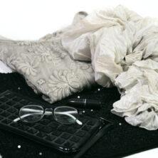 En höstoutfit i kalla toner. Svart kjol och ljusbeige topp med paljetter. Rosa läppstift i en kall ton, svart blank väska och en beige sidensjal i färgen Mist.