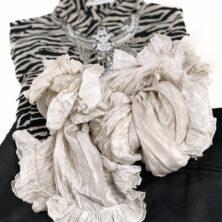 Karin Wallén Sidensjal Höstkollektion. Djurmönstrad topp, svart kjol, statement halsband och en Anna-sjal i färgen Mist / Oyster.