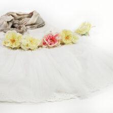 Vit tyllkjol / ballerinakjol, offwhite topp och en beige Ella-sjal i färgen