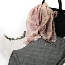 Offwhite topp, rutiga kostymbyxor med gulddetaljer, sidensjal med volang. Färg Dusty Pink (gammelrosa).