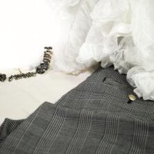 Offwhite topp, rutiga kostymbyxor med gulddetaljer, stor sidensjal med volang. Modell Anna, färg Snow White.