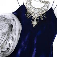 Sidenklänning i royal blue / kornblå. Statement-halsband och en sidensjal med volang i färgen Silver. Perfekt sjal till festklänningen!